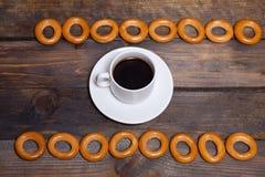 Bagels και καφές σε μια άσπρη κούπα Στοκ φωτογραφία με δικαίωμα ελεύθερης χρήσης