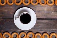 Bagels και καφές σε μια άσπρη κούπα Στοκ εικόνες με δικαίωμα ελεύθερης χρήσης