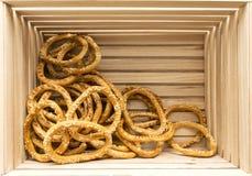 Bagels με τους σπόρους σουσαμιού στο ξύλινο κιβώτιο Στοκ εικόνες με δικαίωμα ελεύθερης χρήσης