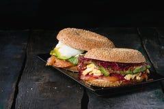 Bagels με το σολομό και το αυγό Στοκ Εικόνες