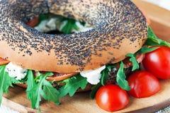 Bagels με το τυρί arugula, ψαριών και κρέμας Στοκ φωτογραφία με δικαίωμα ελεύθερης χρήσης