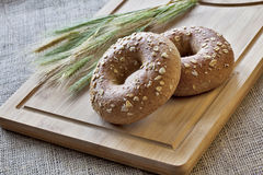 Bagels στο χαρτόνι ψωμιού Στοκ εικόνες με δικαίωμα ελεύθερης χρήσης