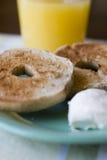 bagels закрывают плиту вверх стоковые фото