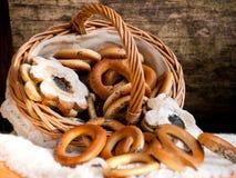 Bagels и печенья разбросали от корзины wicker Стоковое фото RF