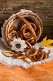 Bagels и печенья разбросанные от корзины wicker Стоковое фото RF