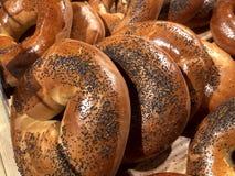 Bagels com as sementes de papoila na tabela Produto da farinha, bolos imagem de stock