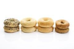 Bagels com os bagels das sementes de papoila com os bagels do wholemeal do sésamo no fundo branco Fotos de Stock