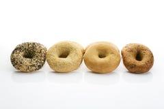 Bagels com os bagels das sementes de papoila com os bagels do wholemeal do sésamo no fundo branco Imagens de Stock