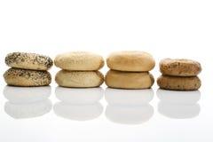 Bagels com os bagels das sementes de papoila com os bagels do wholemeal do sésamo no fundo branco Imagem de Stock Royalty Free