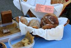 Bagels de levain, de marbre et de pain de Rye dans un panier images stock