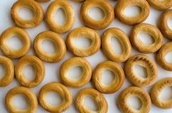 Bagels deliciosos e frescos pequenos no fundo branco imagem de stock