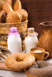 Bagels e leite frescos do sésamo para o café da manhã Foto de Stock Royalty Free