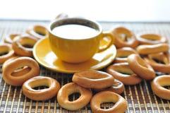 Bagels et cuvette de café Image stock
