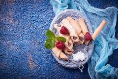 Bagels faits maison de biscuits avec de la confiture de framboise Photo stock