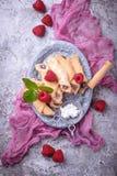 Bagels faits maison de biscuits avec de la confiture de framboise Image stock