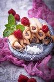 Bagels faits maison de biscuits avec de la confiture de framboise Images stock