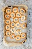 Bagels frescos Bagels recentemente cozidos empilhados do pão Fotografia de Stock Royalty Free