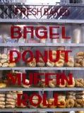 Bagels, queques dos anéis de espuma e rolos para a venda Imagens de Stock Royalty Free