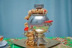 Bagels saborosos apetitosos no samovar tradicional do russo na tabela Samovar metálico com um bule na parte superior com bagels s fotos de stock royalty free