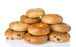 Bagels une douzaine cuits au four frais dans la variété de saveurs Images stock