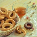 Bagels z herbatą i rozpryskanymi arachidami w słodkiej skorupie na stole obrazy stock