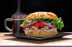 Bagelsandwich mit Kaffee lizenzfreie stockfotografie