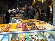 Bageri med lokal fastfood i den italienska staden Bergamo royaltyfri fotografi