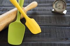 Bageri- och matlagninghjälpmedelsilikon på den wood tabellen Royaltyfria Foton