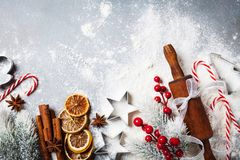 Bageribakgrund för att laga mat jul som bakar med kavlen, spritt mjöl och kryddor, dekorerade med bästa sikt för granträd royaltyfri foto