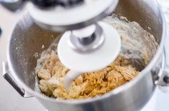 Bageriingrediens som är blandad i maskinen Arkivbild