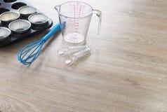 Bagerikökhjälpmedel på träbakgrund Fotografering för Bildbyråer