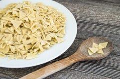 Bageriprodukter, partiklar för deg för snitt för hemlagade triangulära snittdegpartiklar hemlagade triangulära i en platta Royaltyfri Bild