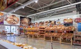 Bageriprodukter som är klara till försäljningen i den nya stormarknadmagneten royaltyfri fotografi