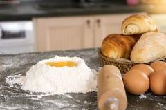 bageriråvara förbereder sig bakar kakan Arkivfoto