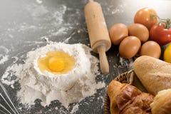 bageriråvara förbereder sig bakar kakan Royaltyfri Foto