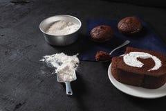 Bagerit förbereder sig för gör chokladnissekakan royaltyfria foton
