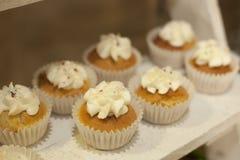 bagerit Materiel av muffin som täckas med kräm Arkivfoton