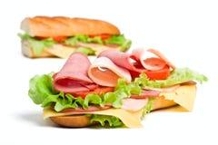 bagetten halves den långa smörgåsen Arkivfoto
