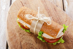 Bagettsmörgås med grillad höna royaltyfri fotografi