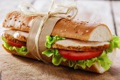 Bagettsmörgås med grillad höna Arkivfoto