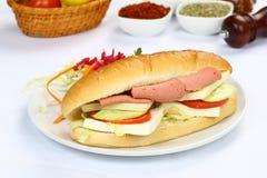 Bagettsmörgås med skinka och ost Arkivbild