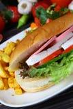 Bagettsmörgås med skinka och ost Arkivfoton