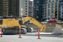 Bagger benutzt im im Stadtzentrum gelegenen Bau Stockfotos