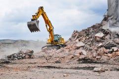 Bagger, der an der Demolierung eines alten industriellen buildin arbeitet Stockfotografie