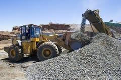 Bagger, der in einem Bergwerk arbeitet Lizenzfreies Stockfoto