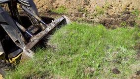 Bagger, der Schicht Boden während der Erdarbeiten entfernt stock video footage