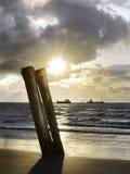 Bagger in der Sonne vor einem Strand Stockfoto