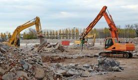 Bagger, die ein großes altes Industriegebiet für eine Wiederentwicklung in einem zukünftigen Gewerbegebiet abbauen lizenzfreies stockbild