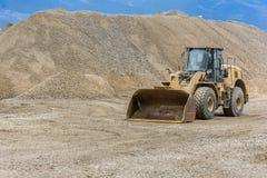 Bagger in einem Sandsteinbruch lizenzfreie stockfotos