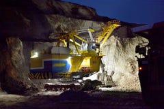 Bagger funktioniert in einem Steinbruch nachts Lizenzfreies Stockfoto